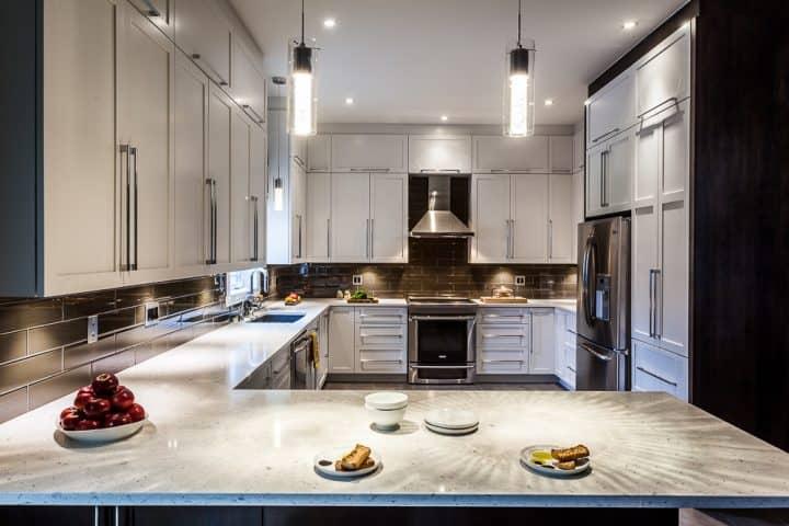 Design cuisine luxeuse blanche et grise avec comptoirs en quartz