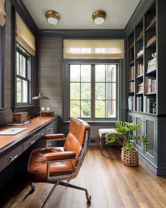 Bureau à domicile en longueur classique et avec chaise en cuir et bibliothèque murale