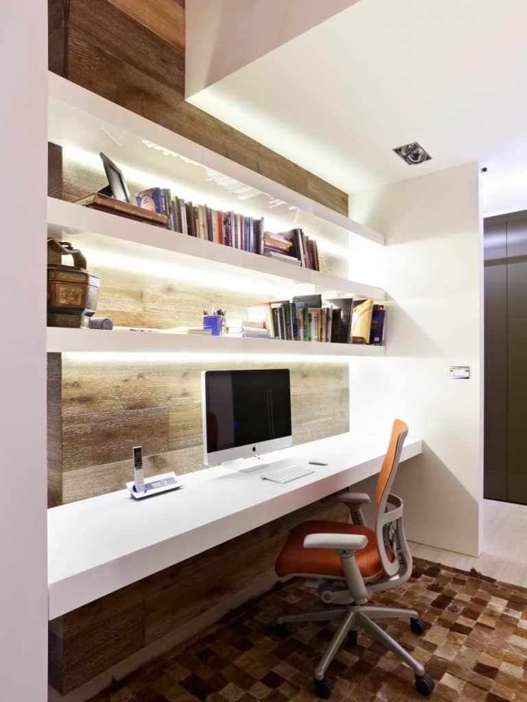 Bureau à domicile dans passage avec led sous étagéres