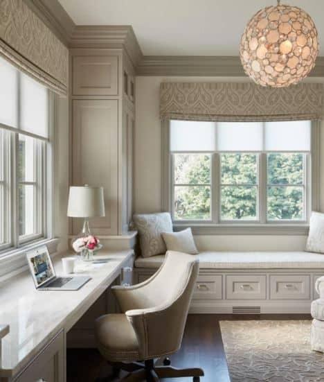 Bureau à la maison dans chambre à coucher décor calme et doux