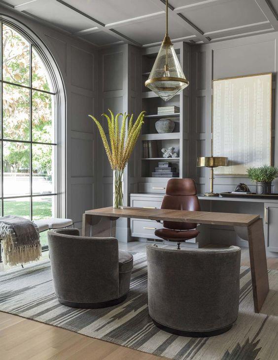 Bureau à la maison élégant et luxueux avec chaises velours gris et luminaire doré