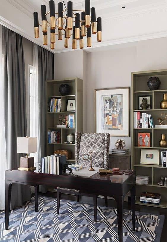 Bureau à la maison luxueux avec luminaire chandelier