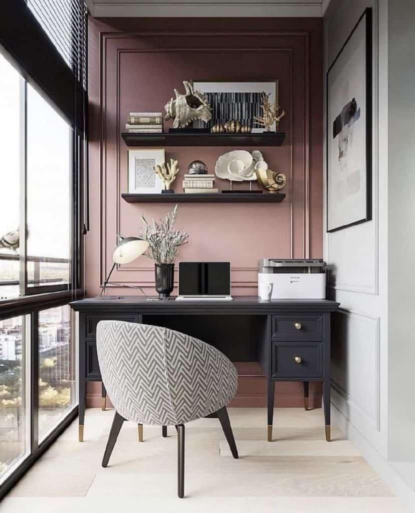 Petit bureau à domicile avec grande fenêtre lumineuse