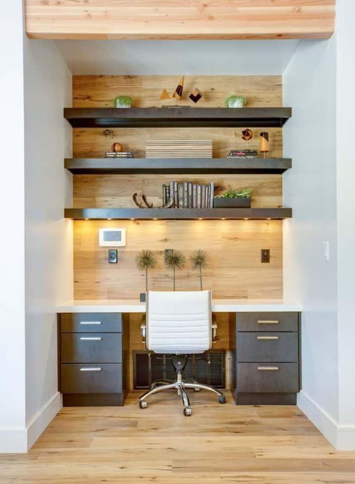 Bureau à la maison dans petit espace ouvert avec mur et étagère en bois